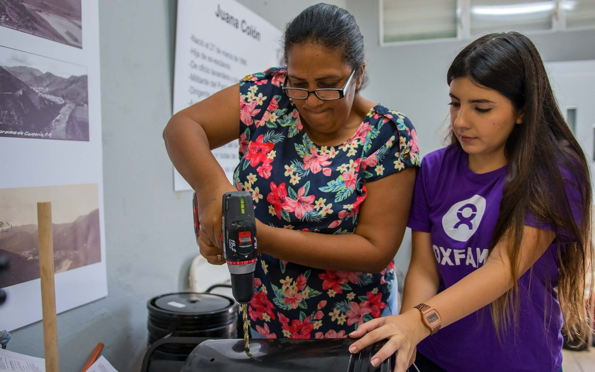 Enid Alvarez constructs a hand-powered washing machine in Comerío, Puerto Rico. We asked women what was hardest about losing water and electricity, and designed workshops based on their priorities.